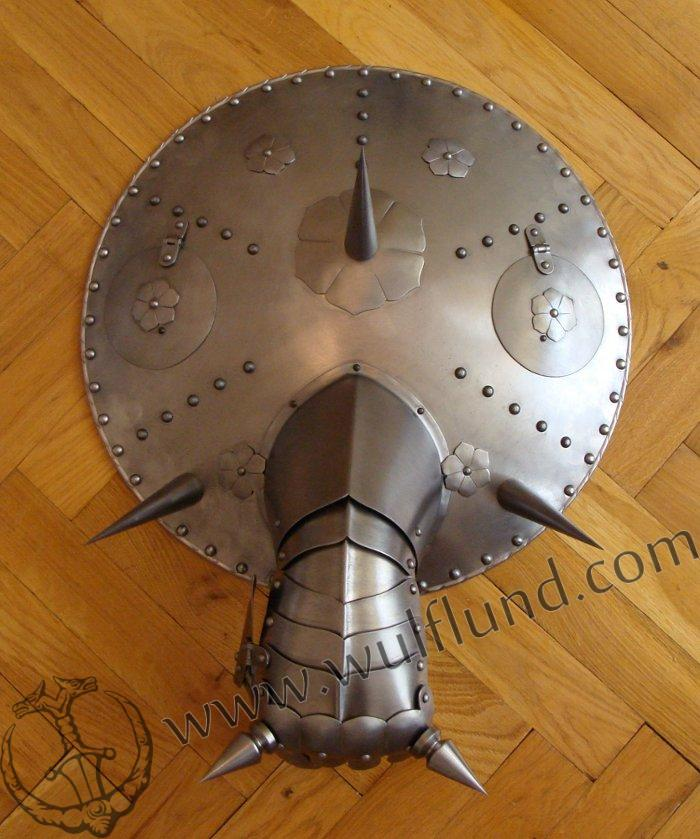 large-gun-shield-with-gauntlet-decoration-replica_2.jpg