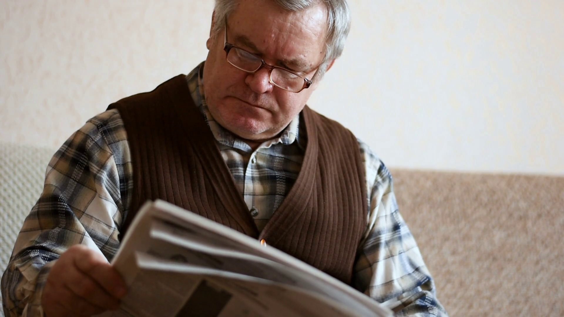 old-man-reading-the-newspaper-at-home_suhl5_ozll_thumbnail-full01.png